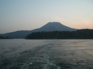 日の出前の阿寒湖  遊覧船後方から・・・