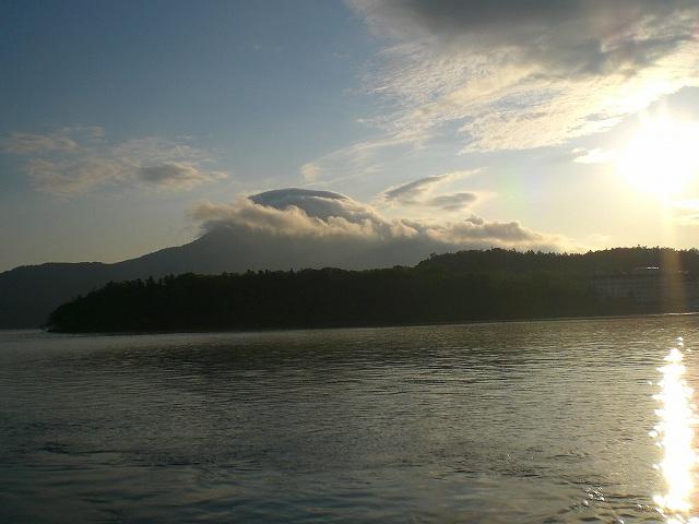 早朝遊覧 雲をまとったピンネシリ