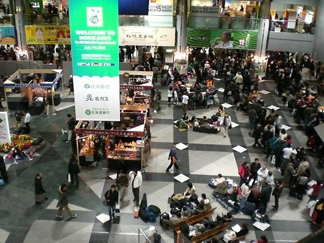 千歳空港にて…欠航が相次ぎ、溢れる人々