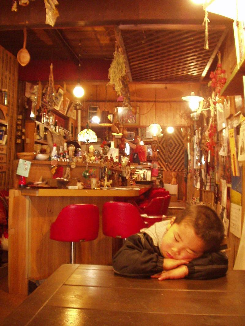 お店にて、居眠りしちゃった、かんくん